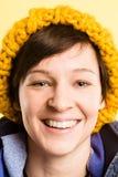 Alto backgrou del amarillo de la definición de la mujer de la gente real feliz del retrato Foto de archivo