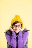 Alto backgrou del amarillo de la definición de la mujer de la gente real divertida del retrato Imagen de archivo