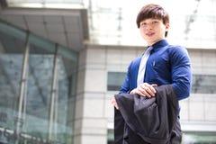 Retrato sonriente del ejecutivo de operaciones de sexo masculino asiático joven Foto de archivo