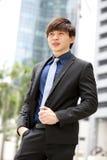 Retrato sonriente del ejecutivo de operaciones de sexo masculino asiático joven Fotografía de archivo libre de regalías