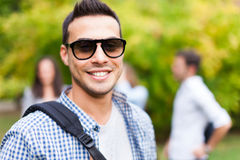 Retrato sonriente del estudiante en el parque Imagen de archivo