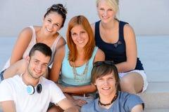 Retrato sonriente del grupo de los amigos del estudiante universitario Imagen de archivo