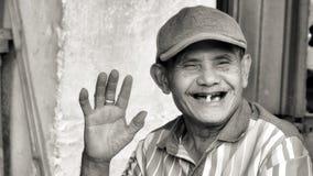 Retrato sonriente del hombre en blanco y negro Imágenes de archivo libres de regalías