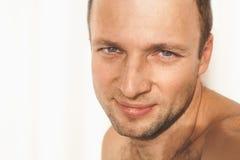 Retrato sonriente descamisado adulto joven del hombre Fotografía de archivo libre de regalías