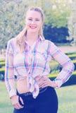 Retrato sonriente feliz de la muchacha del verano afuera en parque Imagenes de archivo