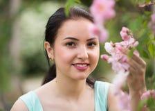 Retrato sonriente feliz de la muchacha del verano afuera en parque Imagen de archivo libre de regalías