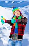Retrato sonriente feliz de la muchacha, diversión del invierno al aire libre Imagenes de archivo