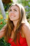 Retrato sonriente feliz joven del adolescente al aire libre Imagen de archivo
