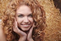 Retrato sonriente hermoso de la mujer con el pelo rizado Imagenes de archivo