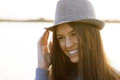 Retrato sonriente joven de la mujer al aire libre Imagenes de archivo