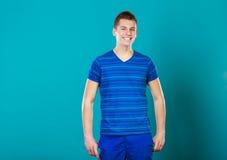 Retrato sonriente joven del hombre en azul Imagen de archivo libre de regalías