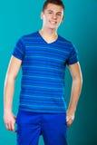 Retrato sonriente joven del hombre en azul Fotografía de archivo