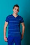 Retrato sonriente joven del hombre en azul Fotos de archivo