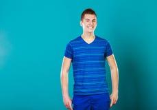 Retrato sonriente joven del hombre en azul Foto de archivo libre de regalías