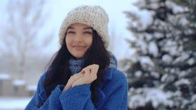 Retrato sonriente joven del invierno de la mujer metrajes
