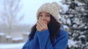 Retrato sonriente joven del invierno de la mujer almacen de metraje de vídeo