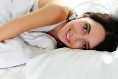 Retrato sonriente moreno hermoso joven de la mujer Fotos de archivo