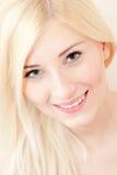 Retrato sonriente rubio joven hermoso del primer de la mujer Imagenes de archivo