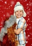 Retrato sorprendido del niño del muchacho en el sombrero de santa en rojo, teniendo la diversión y emociones, concepto de las vac foto de archivo libre de regalías
