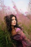 Retrato suave de la belleza entre las flores Foto de archivo libre de regalías