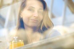 Retrato suave de la cara de la mujer joven del foco Foto de archivo libre de regalías