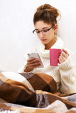 Retrato suave del adolescente lindo con el palmtop en casa Fotografía de archivo libre de regalías