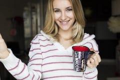 Retrato suave del adolescente que bebe el café caliente en casa, Imagen de archivo