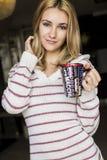 Retrato suave del adolescente que bebe el café caliente en casa, Imagen de archivo libre de regalías