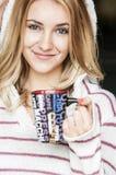 Retrato suave del adolescente que bebe el café caliente en casa, estilo del instagram entonado Foto de archivo