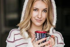 Retrato suave del adolescente que bebe el café caliente en casa, estilo del instagram entonado Fotos de archivo