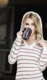 Retrato suave del adolescente que bebe el café caliente en casa, estilo del instagram entonado Imagen de archivo