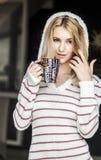 Retrato suave del adolescente que bebe el café caliente en casa, estilo del instagram entonado Fotografía de archivo libre de regalías