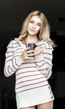 Retrato suave del adolescente que bebe el café caliente en casa, estilo del instagram entonado Foto de archivo libre de regalías