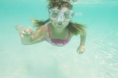 Retrato subaquático da menina, mergulhando na máscara foto de stock