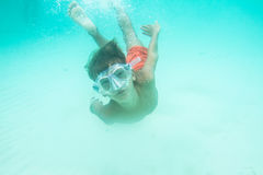 Retrato subaquático do menino, mergulhando na máscara foto de stock royalty free