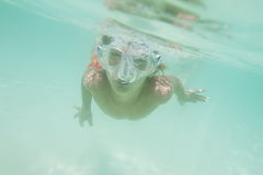 Retrato subaquático do menino, mergulhando na máscara fotografia de stock royalty free