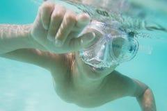 Retrato subaquático do menino, mergulhando na máscara imagens de stock