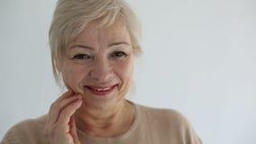 Retrato superior, mulher adulta feliz que sorri e que olha a câmera Movimento lento vídeos de arquivo