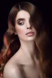 Retrato surpreendente de uma menina Ondas de hollywood do penteado Vista afastado Imagens de Stock