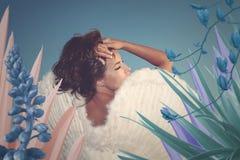Retrato surrealista de la mujer joven hermosa del ángel con las alas en el fa fotografía de archivo libre de regalías