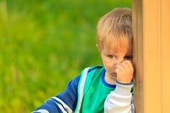 Retrato tímido do rapaz pequeno Foto de Stock