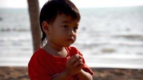 Retrato tailandés del niño, cierre para arriba