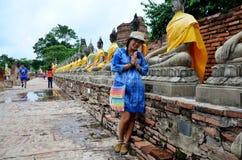 Retrato tailandês da mulher no chaimongkol de Wat Yai Fotografia de Stock