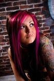 Retrato tatuado atractivo del estudio de la muchacha Imagen de archivo libre de regalías