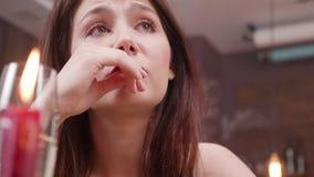 Retrato temperamental da cara e de uma vela ardente de uma mulher triste vídeos de arquivo