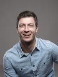 Retrato temperamental do CEO bem sucedido seguro no sorriso azul da camisa fotos de stock
