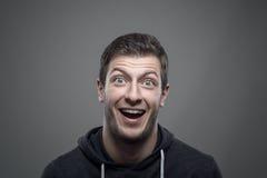 Retrato temperamental do homem novo expressivo surpreendido que olha a câmera imagens de stock royalty free