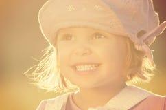 Retrato tirado de muchacha sonriente de tres años linda Imagenes de archivo