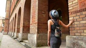 Retrato tirado de mujer joven hermosa en sombrero en la ciudad vieja outdoors almacen de metraje de vídeo