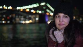Retrato tirado de una mujer joven en el puente de Brooklyn por noche almacen de metraje de vídeo